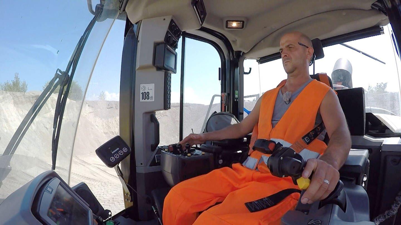 Rafael sitzt im Rollstuhl, bedient aber trotzdem einen 25-Tonner im Straßenbau (Foto: SWR)