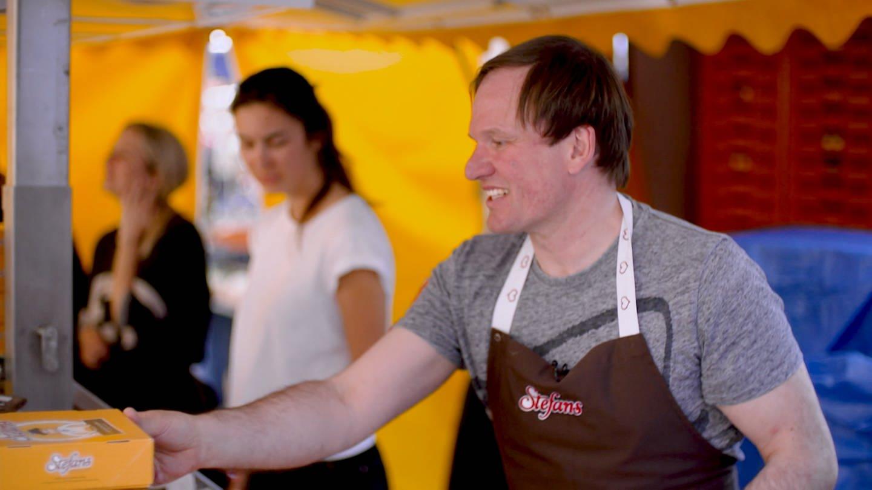 Stefan verteilt seinen Käsekuchen (Foto: SWR)