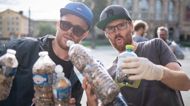 Till und Felix aus Freiburg sind Klimaaktivisten und sammeln Zigarettenstummel in Plastikflaschen ein. #fillthebottle (Foto: SWR)