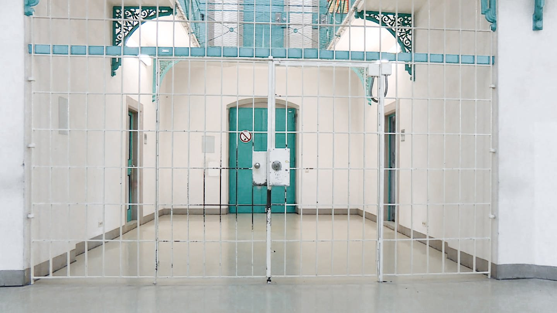 Eine weiße Tür in der JVA Freiburg (Foto: SWR)