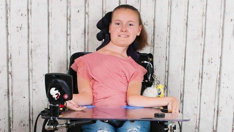Sina in ihrem Rollstuhl (Foto: SWR)