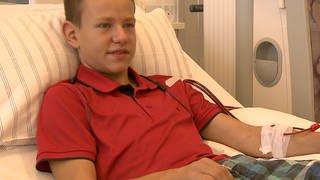 Ein Junge liegt in einem Krankenhausbett bei der Dialyse (Foto: SWR)