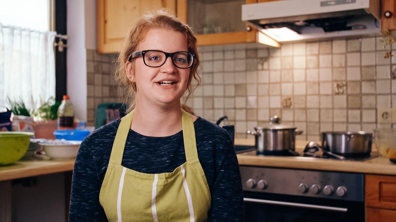 Enkelin Ingrid sitzt in der Küche ihrer Wohnung in Remshalden (Foto: SWR)