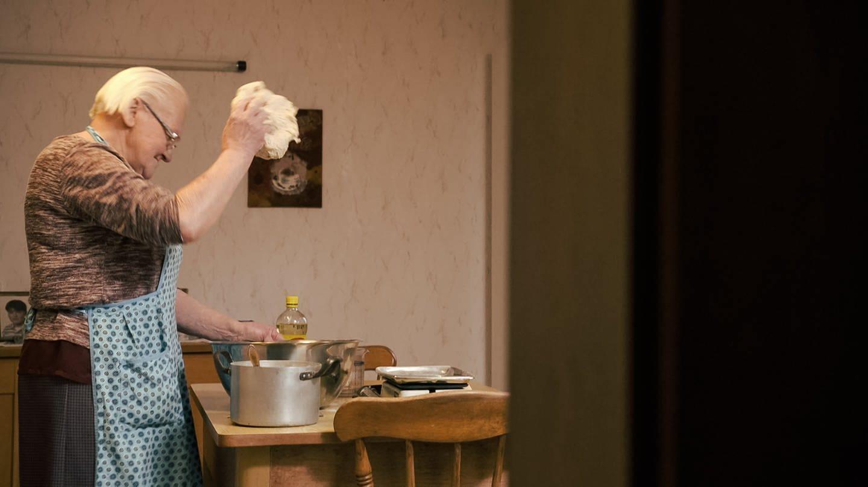 Anneliese steht am Esstisch und bereitet einen Brot-Teig vor. (Foto: SWR)