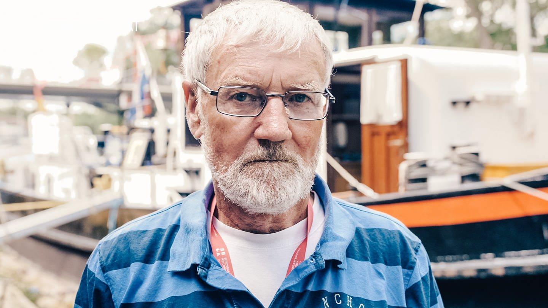Heinz steht vor seinem Schlepper, der als Ausstellungsschiff auf der Bundesgartenschau dient (Foto: SWR)