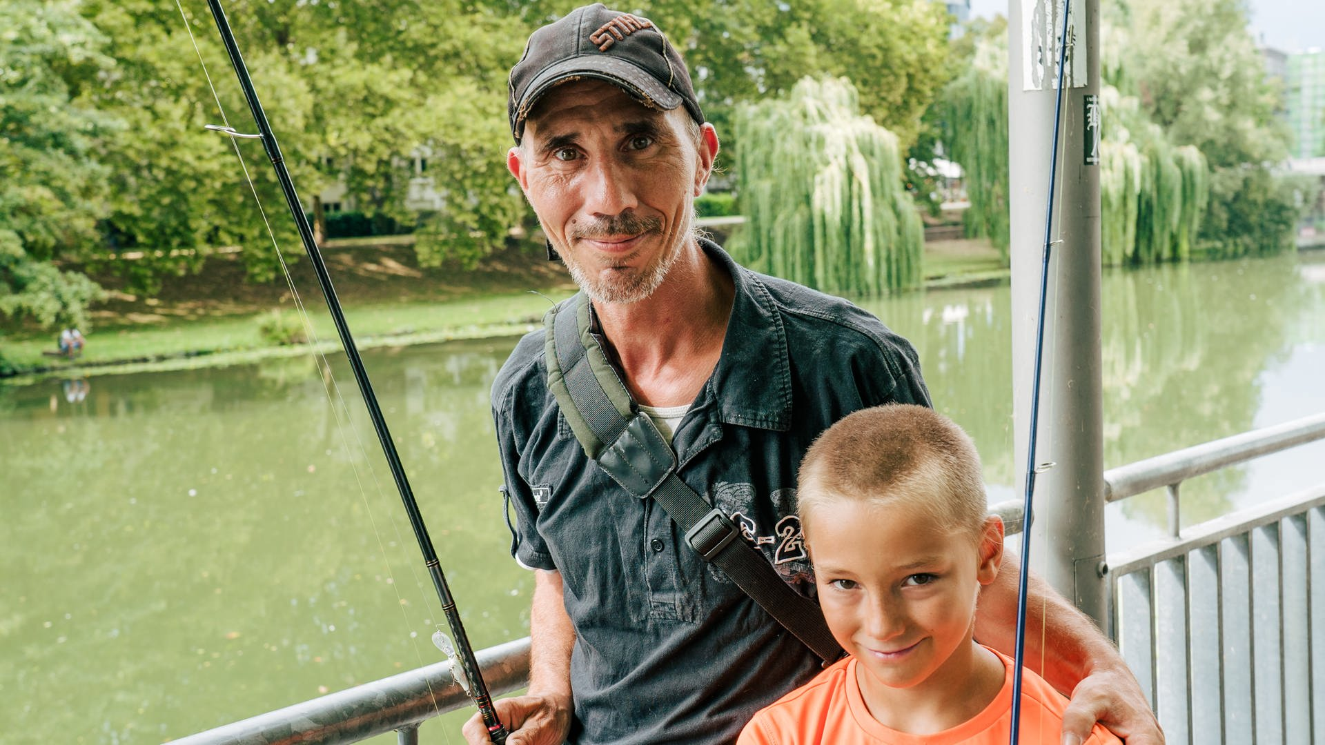 Vater und Sohn angeln am Neckar