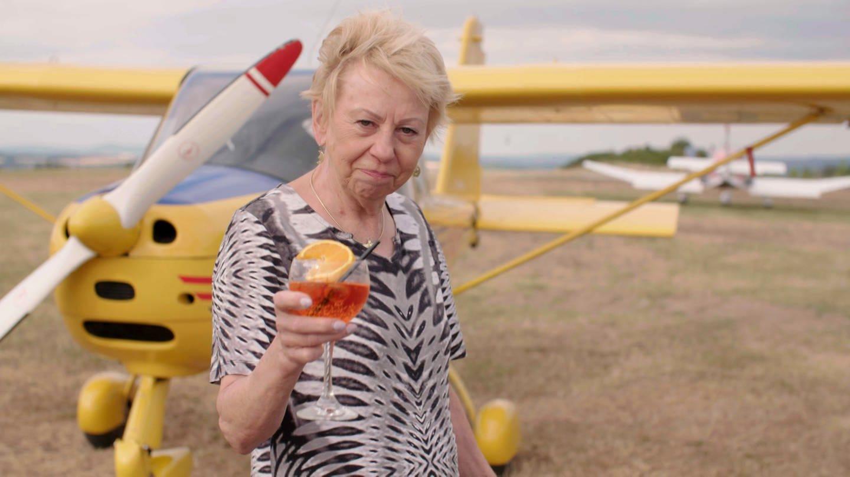 Ältere Frau von kleinem Propellerflugzeug (Foto: SWR)