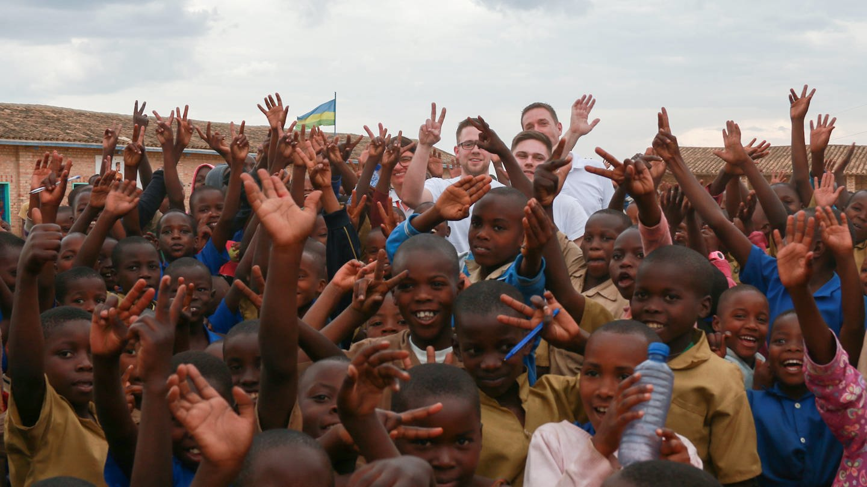 Eine Menge jubelnder Kinder in Ruanda (Foto: SWR)