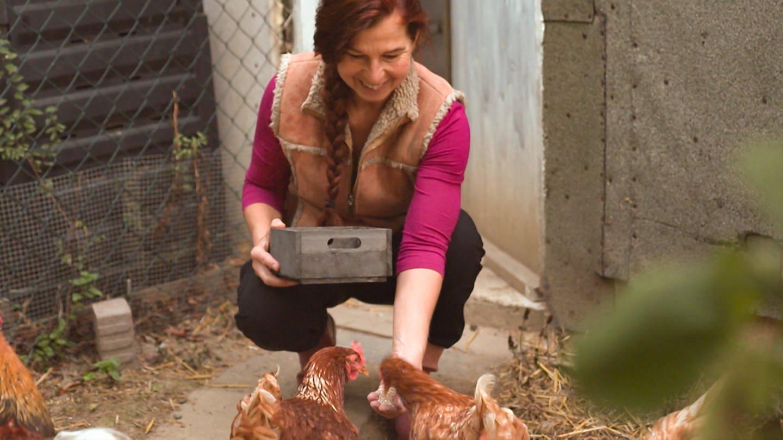 Gudrun füttert ihre Hühner (Foto: SWR)