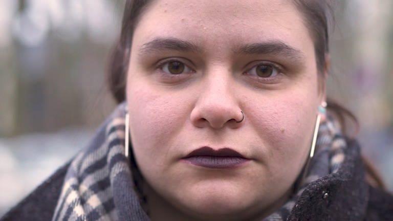 Junge Frau blickt mit ernster Miene in die Kamera (Foto: SWR)