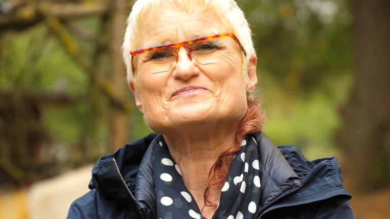 Frau lachend im wald (Foto: SWR)