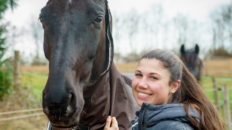 Maria mit ihrem Pferd Rosi (Foto: SWR)