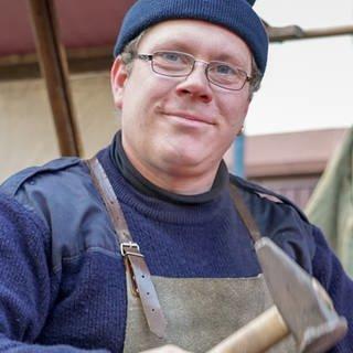 Jürgen steht mit dem Hammer am Amboss (Foto: SWR)