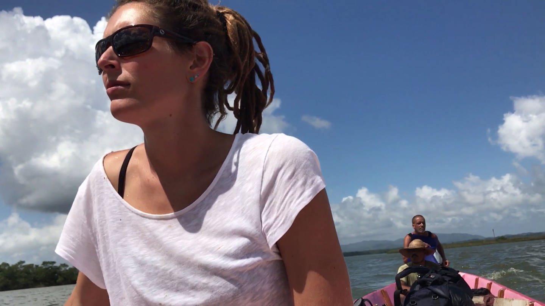 junge Frau mit Dreadlocks am Steuer von einem Boot (Foto: SWR)
