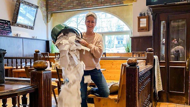 Gasthausbesitzerin Denise ist wütend über die Bonpflicht (Foto: SWR)