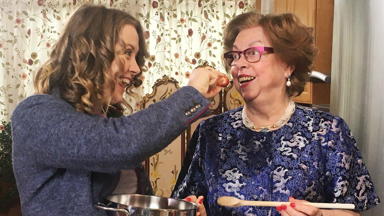Oma Helga und Enkelin Hero beim Kochen (Foto: SWR)