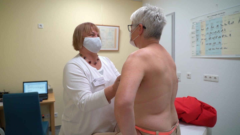 Frau tastet anderer Frau die Brust ab (Foto: SWR)