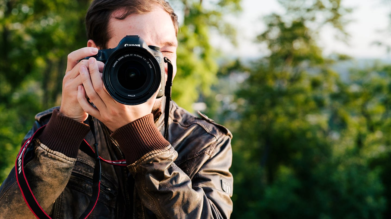 Fotograf Marcel steckt immer hinter seiner Kamera, um das perfekte Motiv einzufangen (Foto: SWR)