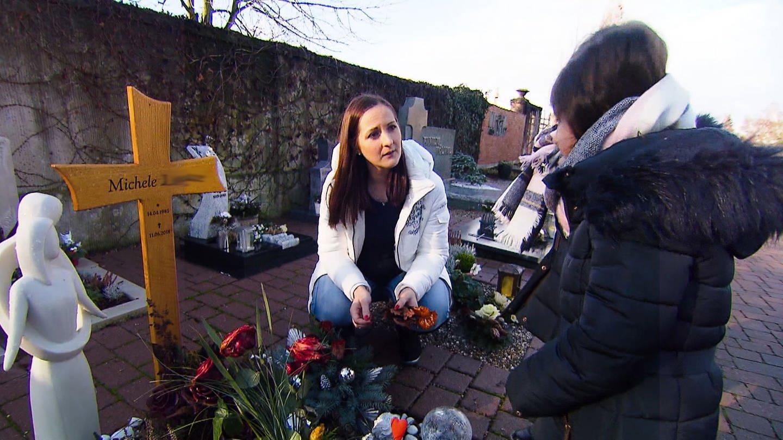 Stefanie mit ihren Töchtern am Grab ihres Mannes (Foto: SWR, SWR)