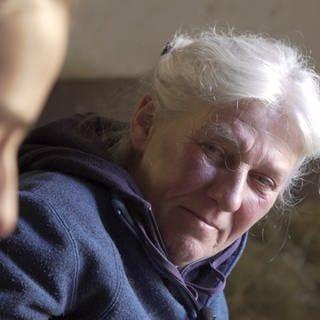 Ältere Frau mit junger Frau im Gespräch (Foto: SWR)