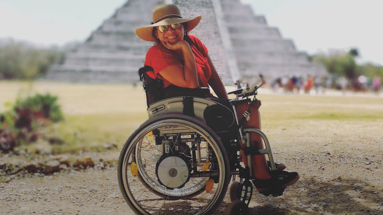 Kim mit ihrem Rollstuhl vor einer Pyramide in Mexiko (Foto: SWR)