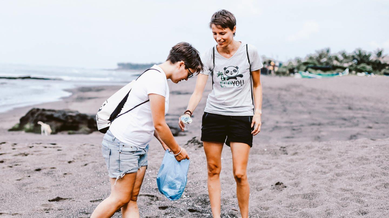 Joy und Lisa am Strand in Thailand (Foto: SWR, SWR /EcoYou)