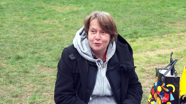 Frau sitzt auf Grasfläche (Foto: SWR)