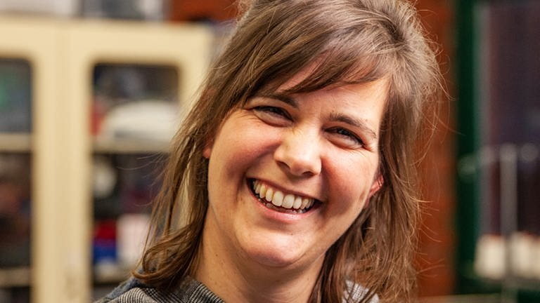 Frau lächelt in die Kamera (Foto: SWR)