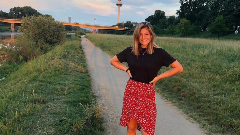 Hockeyspielerin Sonja steht auf einer Wiese bei Mannheim