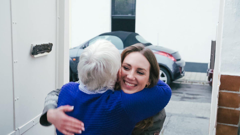 Enkelin Chiara umarmt ihre Oma Christel (Foto: SWR)