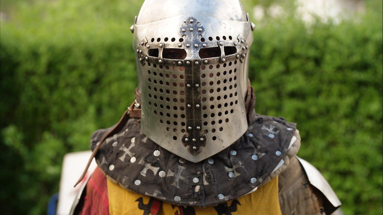 Mensch mit Ritterhelm und Mittelaltergewand (Foto: SWR)