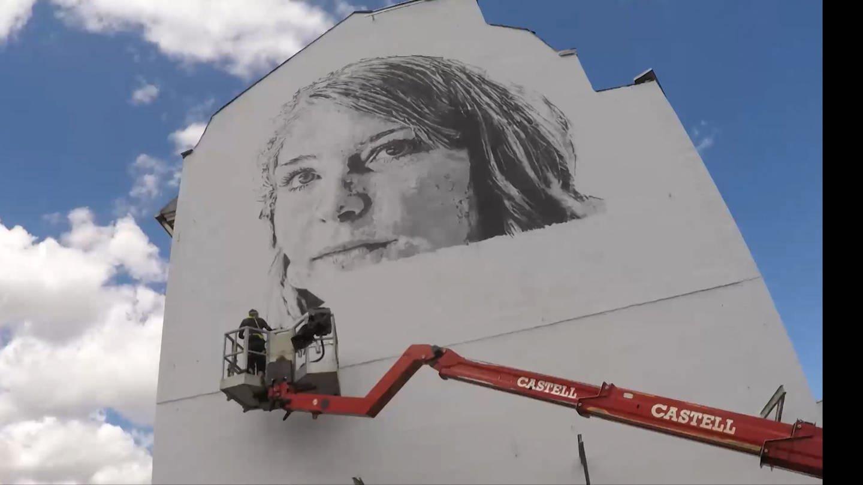 Hendrik Beikirch besprüht die Hauswand des Frauennotrufs (Foto: SWR)