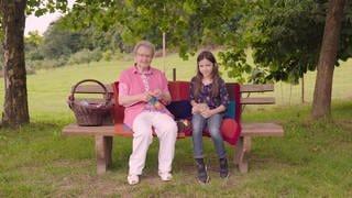 Leni Büdinger und Marie Klose auf dem Käsemarkt Mannebach (Foto: SWR)