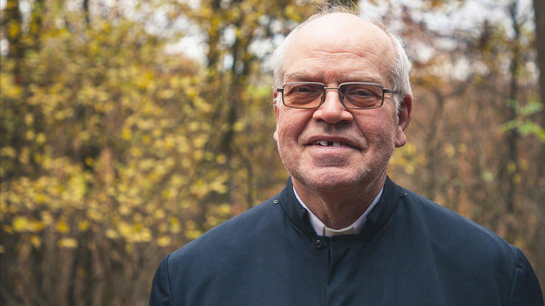 Pater Wolfgang Götz lebt ein minimalistisches, religiöses Leben als Einsiedler im Wald (Foto: SWR)