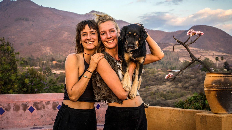 Zwei Frauen mit einem Hund auf dem Arm stehen vor Bergkulisse (Foto: SWR)