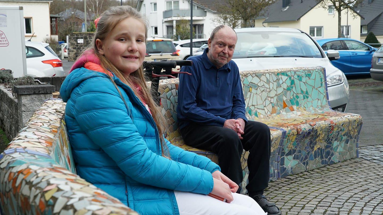 """Zwei Generationen, eine Brieffreundschaft: Jola und ihr neuer """"Brief-Opa"""" Andreas (Foto: SWR)"""