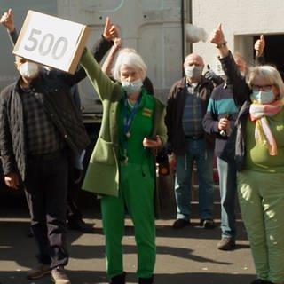 Eine Gruppe von Menschen zeigt die Daumen nach oben (Foto: SWR)