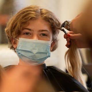13-jähriger Junge bekommt im Friseursalon die Haare abrasiert (Foto: SWR)