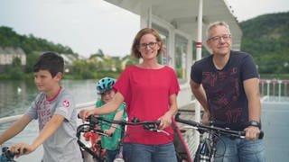 Familie Kohns auf der Mosel-Fähre zwischen Deutschland (Oberbillig) und Luxemburg (Wasserbillig) (Foto: SWR)