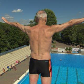 Mit 76 Jahren springt Jürgen Hemsbach kopfüber vom 10-Meter-Brett (Foto: SWR)