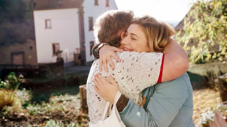 Oma Leni und Enkelin Barbara umarmen sich