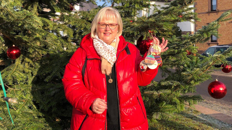 Kirsten Ludy steht vor dem Wünschbaum in Clausen (Foto: SWR)