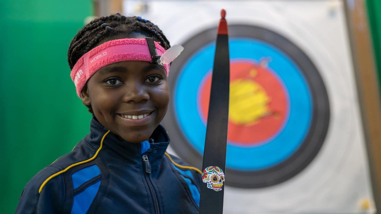 Gabriella (10) mit ihrem Bogen vor der Zielscheibe (Foto: SWR)