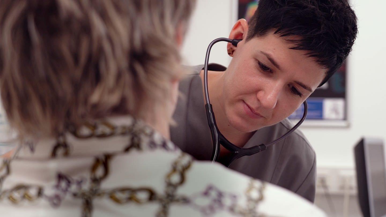 Medizinstudentin Julia wird Ärztin ohne Abitur (Foto: SWR)