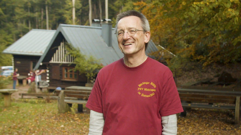 Pfälzerwaldvereinsmitgleid Jürgen Lackas vor der Böchinger Hütte (Foto: SWR)