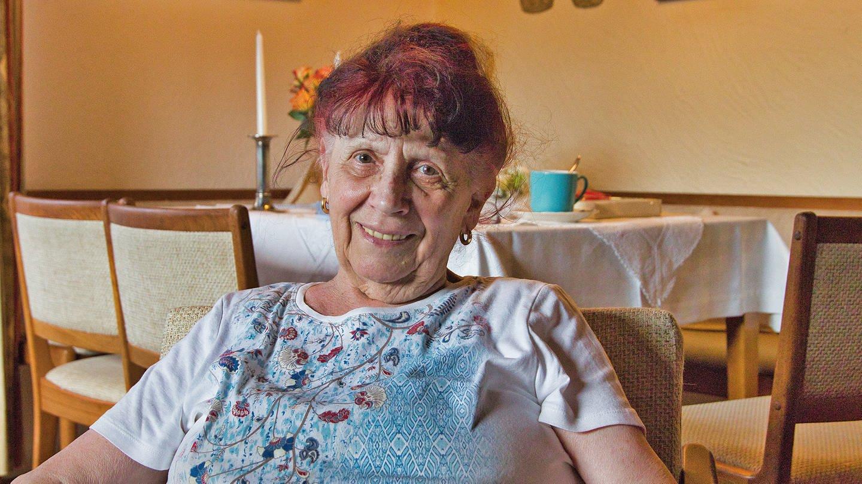 Helga Zinßmeister, 84, sitzt in ihrer Wohnung in Kaiserslautern (Foto: SWR)