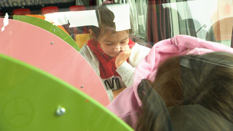 Ein Kind sitzt konentriert im umgebauten Bus (Foto: SWR)