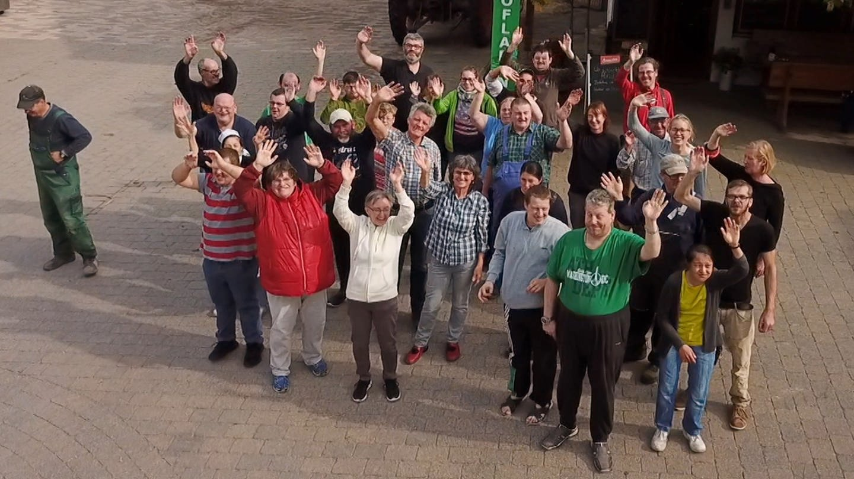 Gruppe von Menschen winkend von oben fotografiert (Foto: SWR)