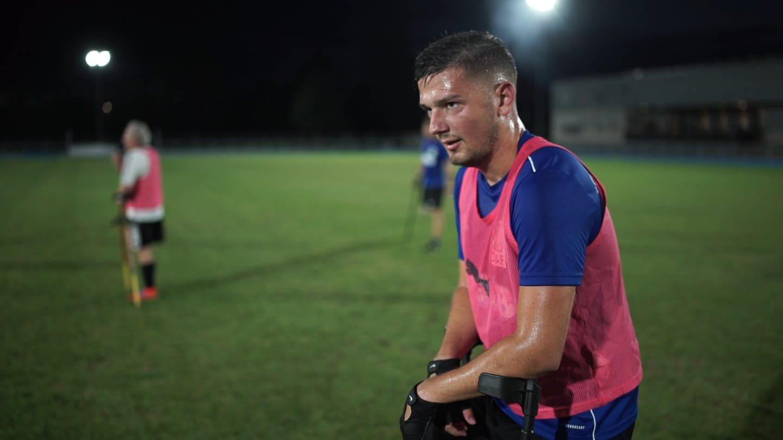 Junger Mann auf Kücken auf dem Fußballplatz (Foto: SWR)