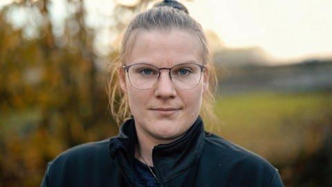 Valerie Kreis, eine Frau mit hochgesteckten blonden Haaren und Brille, blickt frontal in die Kamera (Foto: SWR)